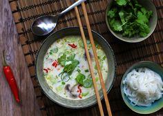 """Tom kha gai er en thailandsk suppe som direkte oversat betyder """"kyllinge galanga suppe"""". Suppen er fyldig og smager skønt af de mange aromatiske krydderier."""