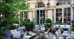 La terrasse tendance de l'été !  Installé dans un ancien hôtel particulier construit en 1683 le RALPH 'S allie le caractère typiquement américain à l'esprit raffiné de la Rive Gauche.