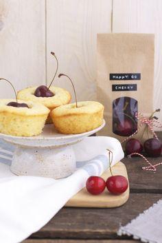 Lykkelig - mein Foodblog: Zusammen ist gut Kirsch-Muffins essen! Und vorweg gibt's eine köstliche Ziegenkäsetarte. Voll das schöne Leben!