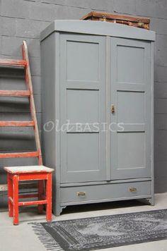 Linnenkast 10194 - Unieke oude houten linnenkast met een lichtgrijze kleur. De linnenkast heeft achter de deuren een hang- en leggedeelte. De kast is demontabel.