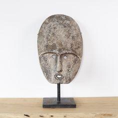 Dit unieke met de hand gemaakte houten Papua masker op standaard is een mooie eyecatcher in uw interieur.