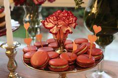 macarons e tags de coração, chá bar nas cores marsala, rosa e verde