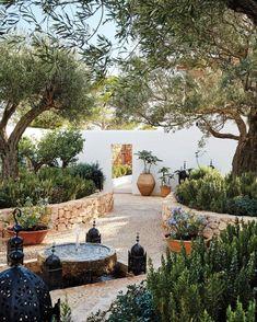 Mediterranean Garden Design, Mediterranean Homes, Mediterranean Architecture, Mediterranean Outdoor Decor, Tuscan Homes, Ponds Backyard, Backyard Landscaping, Landscaping Ideas, Backyard Ideas