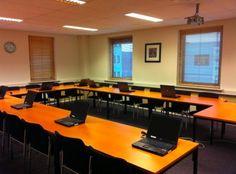 SPBU: theorielokaal voor leerlingen en cursisten. Een U-vormig ingedeeld lokaal, dit geeft overzicht voor de leraar en de leerlingen/cursisten. Het lokaal is rustig ingedeeld met lichte kleuren op de wanden en imitatiehout tafels en lekkere stoelen. Dit geeft een fijn beeld weer en maakt dan ook een krachtige leeromgeving.