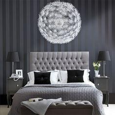Tapeten, sänggaveln, sängborden och färgerna. Sobert. Elegant.