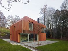 Image 8 of 19 from gallery of House 11 x 11 / Titus Bernhard Architekten. Photograph by Titus Bernhard Architekten Minimalist House Design, Small House Design, Minimalist Home, Architecture Durable, Architecture Design, Creative Architecture, Facade Design, Wooden Cladding, Wooden Slats