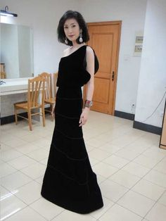 黒いロングドレスの天海祐希