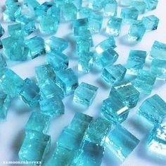 本物の宝石のようなお菓子「琥珀糖」が今、SNSで可愛いと人気です。キラキラと光り輝く琥珀糖は食べられる和菓子なので手土産にピッタリ!しかも、作り方も簡単です。基本的なレシピをご紹介します。