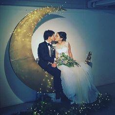 ゲストの見守る前で愛を誓う「人前式」を選ばれたおふたり。セレモニーは、祭壇ではなくこちらの大きな月のオブジェの前で行われました。
