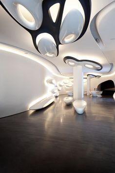 """La Roca London Gallery conçu par Zaha Hadid Architects, est situé à Chelsea Harbour et est de 1100 m2. Le rôle principal est joué par l'eau qui, selon les mots de Zaha Hadid, """"agit comme un transformateur de mouvement, sans interruption, à travers la façade, de la sculpture à l'intérieur et qui coule à travers la galerie principale sous forme de gouttes d'eau""""."""
