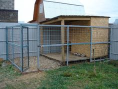 ideas dogs run diy Cheap Dog Kennels, Diy Dog Kennel, Dog Kennel Outside, Diy Dog Run, Backyard Dog Area, Dog Enclosures, Dog Kennel Designs, Dog Playground, Diy Dog Crate