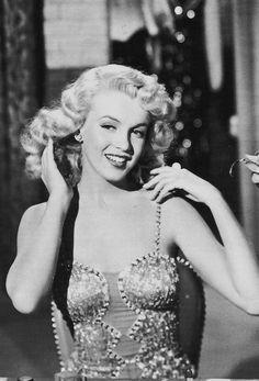 """Image - """"Ladies of the chorus"""" (part 2) : AUTOUR DU FILM : L'histoire ne retiendra ce film, à posteriori, qu'en raison de la présence de Marilyn au générique. L'actrice Adele JERGENS est, pour ses interventions chantées, doublée par Virginia REES. Cette même Adele JERGENS, qui joue le rôle de la mère de Marilyn, est née le 26 novembre 1917 et avait donc quelques 9 ans de plus que """"sa fille"""". C'est son 3ème film et Marilyn, dans son véritable premier rôle,..."""