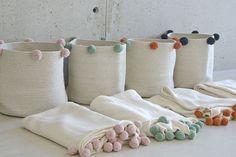 Bubbly Basket in Natural & Green design by Lorena Canals Lorena Canals Rugs, Ideas Para Organizar, Ideias Diy, Storage Baskets, Extra Storage, Toy Storage, Knitted Blankets, Diy Crafts, Beach Crafts