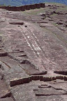 """El ovni de Samaipata (Bolivia). En las inmediaciones del complejo arqueológico de """"El Fuerte"""", próximo a la pequeña población de Samaipata, fue localizada una roca con el dibujo grabado de lo que para muchos es una clara representación de un clásico """"platillo volante"""" u OVNI."""