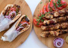 Σε όλους αρέσουν! Τι θα χρειαστούμε: 1 kg. στήθος κοτόπουλο, κομμένο σε κύβους 3*3εκ. 500 ml ξινόγαλα 5 σκελίδες σκόρδο, λιωμένες 1 κ.σ. αλάτι ½ κ.σ. πιπέρ Tacos, Greek, Mexican, Chicken, Ethnic Recipes, Food, Kitchens, Greek Salad, Essen