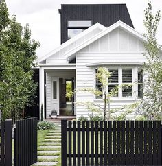 5 Honest Tips: House Fence Exterior modern fence colours.Cedar Fence Horizontal old fence funky junk.Split Rail Fence How To. White Picket Fence, White Fence, Picket Fences, Cedar Fence, Black Fence Paint, Green Fence, Modern Exterior, Exterior Colors, Black Exterior