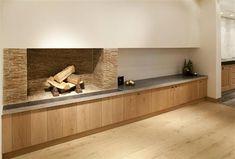 Bourgondisch Kruis - Rustieke bouwmaterialen - Stylisch fireplace, natural warm and cosy materials. Oak wood cabinets