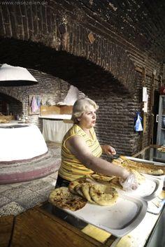Georgien: Die älteste, traditionelle Bäckerei in Tbilisi liegt schräg gegenüber vom Stadtmuseum in der Altstadt. Unbedingt ausprobieren!