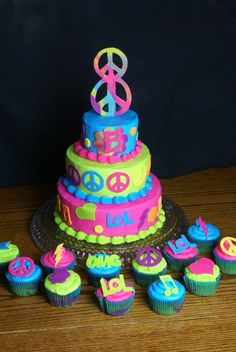 Peace Sign Birthday Cake and Cupcakes Pretty Cakes, Cute Cakes, Beautiful Cakes, Amazing Cakes, Peace Sign Cakes, Peace Cake, Hippie Birthday, Hippie Party, Peace Sign Birthday
