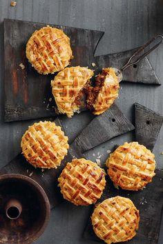 Niks is vir my so lekker soos lamskerrie nie. In 'n pastei is dit byna nog lekkerder. Vir daardie spesiale smaak voeg ek reg teen die einde blatjang by die kerrie. Lamb Recipes, Curry Recipes, Meat Recipes, Recipies, South African Dishes, South African Recipes, Lamb Pie, Savoury Baking, Savoury Pies