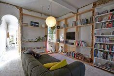 Salon bibliothèque dans le style atelier. L'idée une bibliothèque qui parcours tous les murs. Méchant Design: Rough house
