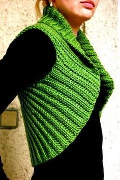 Knitting Patterns Sweaters Clean lines and no frills – this collar bolero is a feast for the eyes! The crochet pattern … Poncho Au Crochet, Mode Crochet, Poncho Knitting Patterns, Crochet Cardigan Pattern, Jacket Pattern, Easy Crochet Patterns, Knit Crochet, Crochet Hats, Bolero Crochet