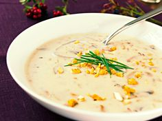 Kremet soppsuppe - Slå til med denne fyldige suppen av nyplukket skogsopp. Norway Food, Norwegian Food, Mushroom Soup, Soups And Stews, Cheeseburger Chowder, Risotto, Stuffed Mushrooms, Curry, Food And Drink