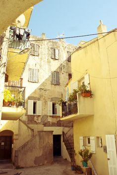 Calvi en Corse. Des couleurs chaudes, du soleil, des plages et une mer turquoise…