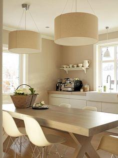 Store taklamper ruver over spisebordet. Fargene i rommet er ton-i-ton og skaper en rolig atmosfære.