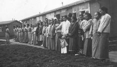 Zuid-Molukkers hijsen de vlag in het kamp de Schutssluizen in de jaren vijftig