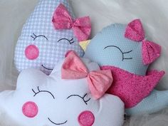 toque de amor! Plushies, Baby Knitting, Baby Gifts, Hello Kitty, Baby Boy, Pillows, Sewing, Diy, Peeps