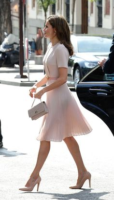 Queen Letizia Showed Us That Florals Aren't Just for Spring - Elegant Outfits Looks Chic, Looks Style, Classy Looks, Royal Fashion, Look Fashion, Queen Fashion, Women's Classy Fashion Styles, Best Fashion, Classic Womens Fashion