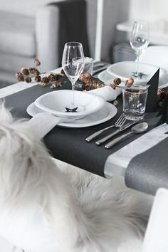 Simple Christmas table settings with a touch of black Christmas Table Settings, Christmas Tablescapes, Holiday Tables, Decoration Christmas, Decoration Table, Deco Table Noel, Beautiful Table Settings, Decoration Inspiration, Simple Christmas