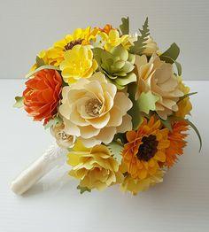 Este ramo de flores hermoso papel ha sido creado con mucho amor y detalle. Esto es perfecto para una boda de campo. Los colores complementan una atmósfera de flor silvestre y parece que salió a cogerlas frescas desde el jardín. Estas floraciones duran toda la vida, congelar un