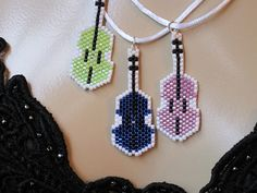 Tiny Violin Pendant by ambrosianbeads on Etsy Seed Bead Jewelry, Seed Bead Earrings, Beaded Earrings, Beaded Jewelry, Bead Loom Patterns, Jewelry Patterns, Beading Patterns, Tiny Violin, Bead Loom Bracelets