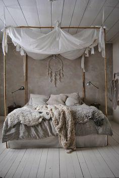 Tolles Bett Mit Weißen Gardinen   Vintage Wohnideen Für Schlafzimmer  Wandfarbe Grau, Traumfänger Dekoration,