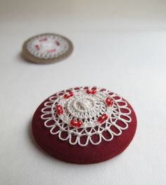 Lenka Veselá, brooch with little tenerifa lace and beads, 4,5cm