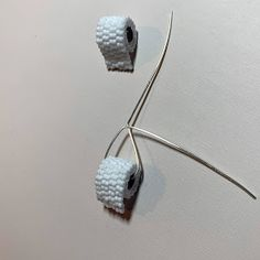 Beaded Toilet Paper Roll Earrings How to make beaded toilet paper earrings using two-drop peyote and a wire coil made with a jump ring tool Paper Earrings, Paper Jewelry, Paper Beads, Metal Jewelry, Handmade Wire Jewelry, Diy Jewelry, Beaded Earrings Patterns, Earring Crafts, Diy Rings