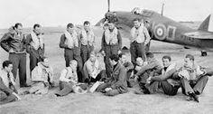 310 Dywizjon czeski RAF. Pies  w nogach pilota trzeciego z lewej, w dolnym rzędzie.