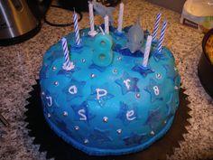 Jasper 8 jaar met kaarsjes. Ipv 200 gr. mix, 300 gr. om een mooie hoge taart te krijgen. Ruimte voor 3-4 lagen.