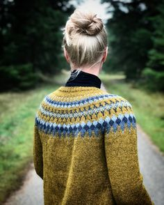 Sirius is an elegant and soft sweater with a relaxed fit, round yoke and a pretty colorwork with 4 colors. Sirius is worked seamlessly in the round in one piece top down with an a-shaped body. Camilla, Knit Patterns, Sweater Knitting Patterns, Impression Textile, Icelandic Sweaters, Nordic Sweater, Fair Isle Knitting, Knit Fashion, Hand Dyed Yarn