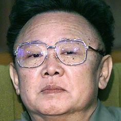 Kim Jong Il, North Korean -  foi um chefe de Estado, ditador, que, de 1994 a 2011, exerceu as funções de Líder Supremo da República Popular Democrática da Coreia do Norte e de Presidente da Comissão de Defesa Nacional da Coreia do Norte e Secretário-Geral do Partido dos Trabalhadores da Coreia — cargos máximos em âmbito militar e político da nação coreana. Kim morreu em 17 de dezembro de 2011 a bordo de um trem devido a um problema cardíaco,