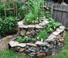 No sentido das últimas tendências mundiais do jardinismo, de sustentabilidade e espaços mais funcionais sugerimos um elemento que está se tornando cada vez mais presente nos jardins contemporâneos, a Espiral de Ervas.