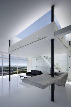 Diese weiße Küche aus Beton schwebt praktisch im Raum und lässt die Loft noch größer erscheinen!