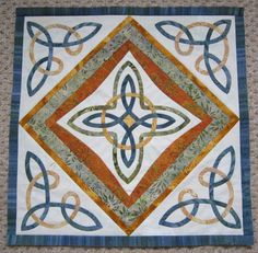 Loudavý Pešek 2013: Vave - Mystery. A closeup of the center of the quilt top, showing the Celtic knots.