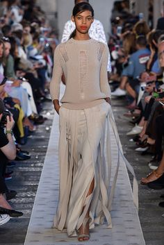 The complete Max Mara Spring 2018 Ready-to-Wear fashion show now on Vogue Runway. Women's Summer Fashion, Fashion 2018, Fashion Week, Look Fashion, High Fashion, Fashion Outfits, Fashion Design, Cheap Fashion, Trendy Fashion