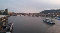 No último post que enviei aqui de Praga, comentei que o que mais me atraía em termos de moda vinha de outros países. Como a cidade está sempre lotada de turistas, as melhores marcas do mundo se instalam nas proximidades dos pontos mais visitados, como a Praça da Cidade Velha, o Relógio Astonômico, o Castelo. …