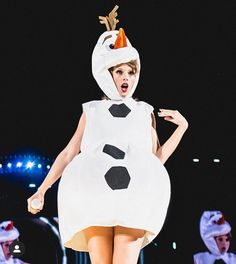 taylor swift dressed like olaf 💙 Taylor Swift Funny, Taylor Swift News, Taylor Swift Pictures, Taylor Alison Swift, Taylor Swift Dresses, Long Live Taylor Swift, Taylor Swift Wallpaper, Olaf Halloween Costume, Princess Tutu Dresses