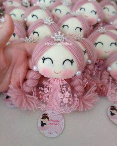 Masal için hazırlandık 20 taçlı magnet #kece #kecetasarim #felt #feltro #prenses #kizimiçin #magnet #albüm #anidefteri #anıdefteri #bebekşekeri #anneoluyorum #bebeğimgeliyor #bebekmevlüdü #hastaneodasisusleme Baby Shawer, Diy Dress, Creative Decor, Diy Doll, Fabric Dolls, Doll Face, Handmade Toys, Doll Patterns, Doll Toys