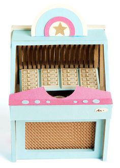 Free tutorial on making this juke box Valintine Box Ideas, Diy Dollhouse, Dollhouse Miniatures, Craft Tutorials, Craft Projects, Retro Birthday Parties, Diy Paper, Paper Crafts, Diner Party